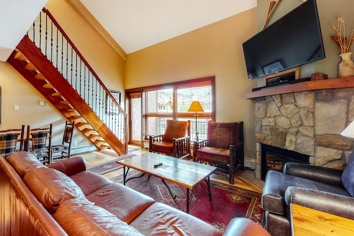 Ski-in/ski-out condo w/ grill, fast WiFi, fireplace, shared pool/hot tub/laundry