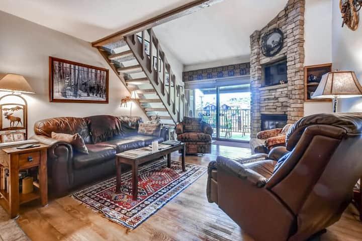 Spacious condo w/ upgraded furnishings, gas grill, & spacious loft near slopes!