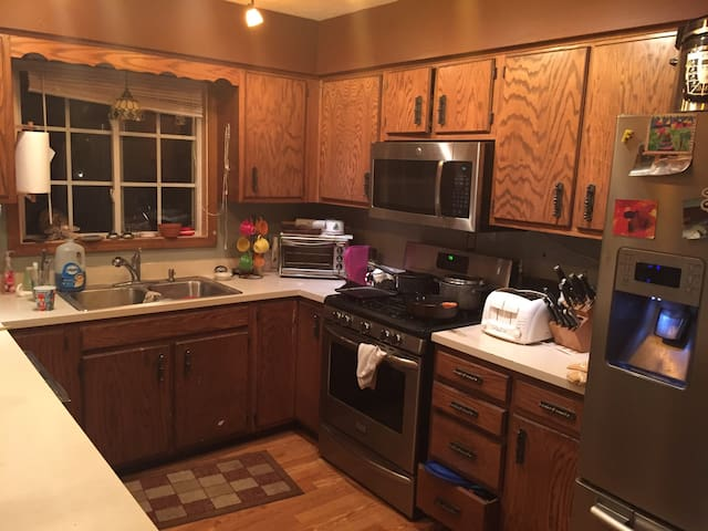 Sleeps 10. Private living area; Upstairs - Indianapolis - Ev