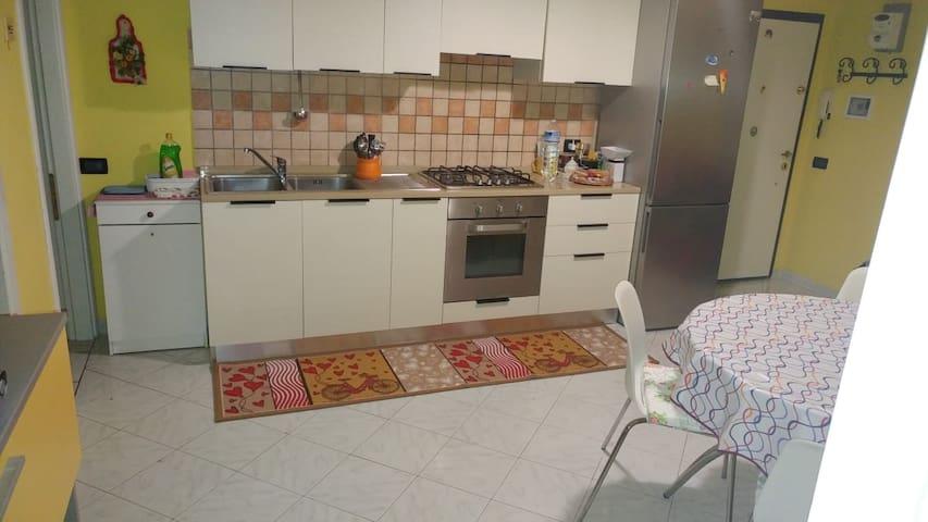Cucina completa di frigo, forno e fornelli