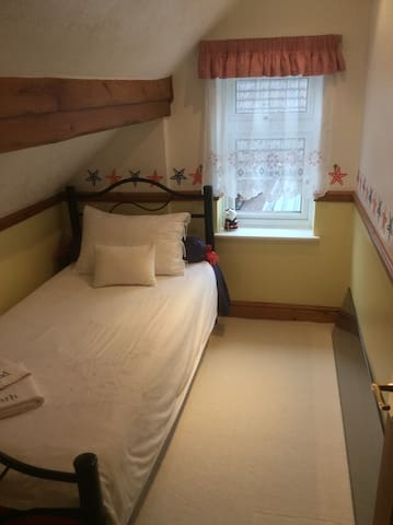 Quirky little room in the Attic - High Wycombe