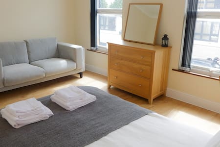 Renovated flat 100 mts from Tube Central Line - London - Apartment
