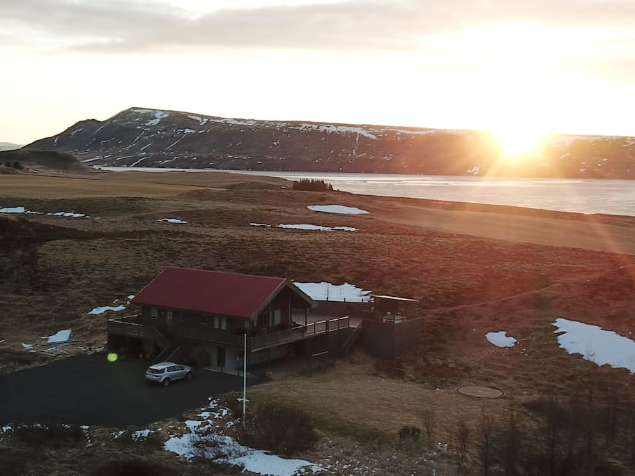 The house is located very close to Lake Hestvatn.