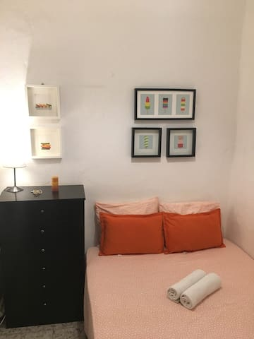 SMALL ROOM IN CENTER OF BARCELONA ONLY FOR 2