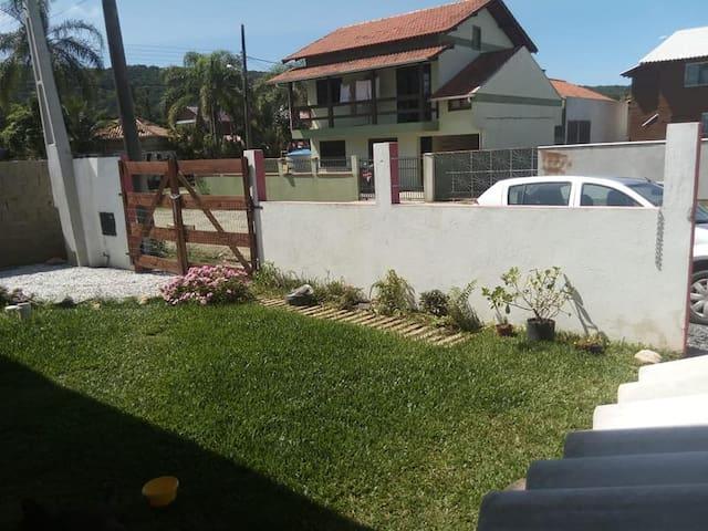 Jardim e garagem para 1 carro.