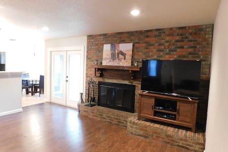 Beautiful home in Hurst.  Easy access to Dallas/FW - Hurst - Hus