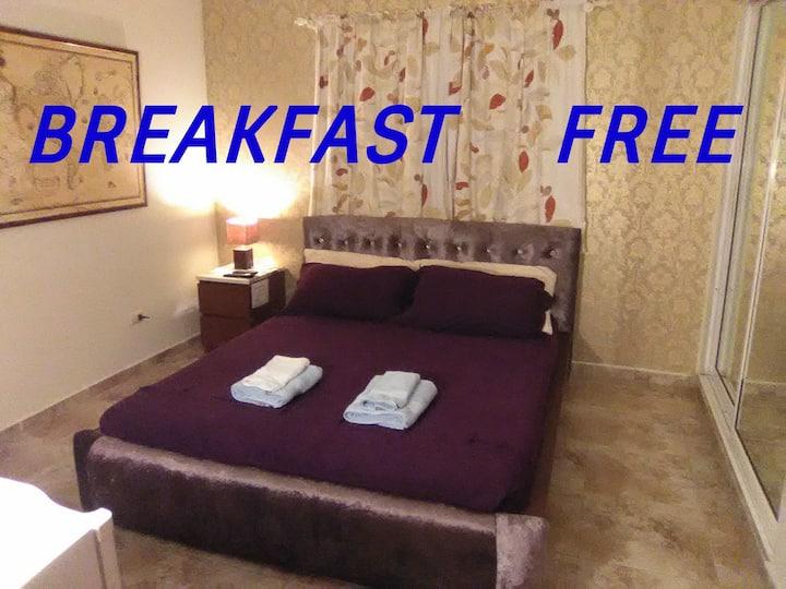 Doble,bath,breakfast,wi-fi,A/C (5$),TV,fridge,pool