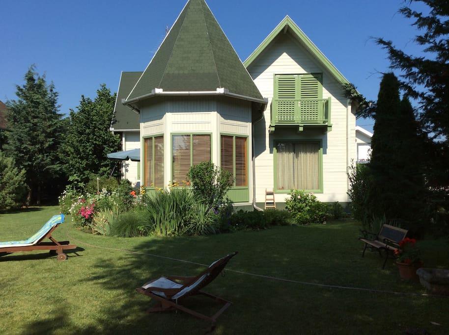 Caso vendégház kertje pihenőágyakkal