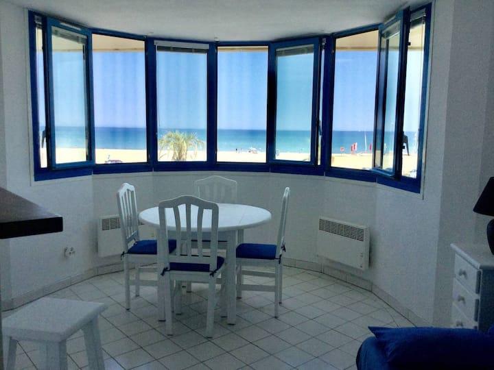 Studio avec vue panoramique sur la Méditerranée.