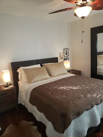 Cozy 2 Guest Room (1  mile to Disneyland)