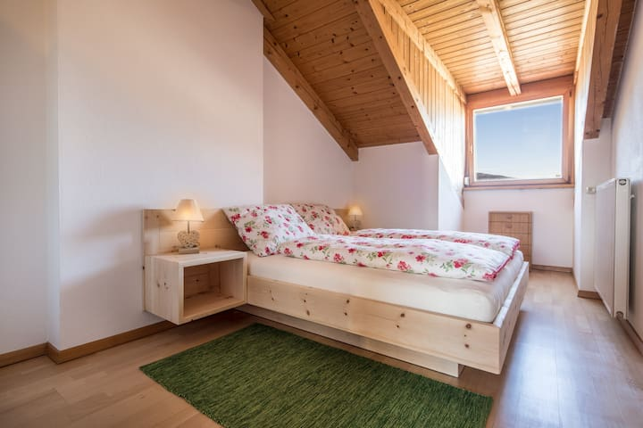 Massivholz Bett aus Zirbenholz für wohltuende Nächte