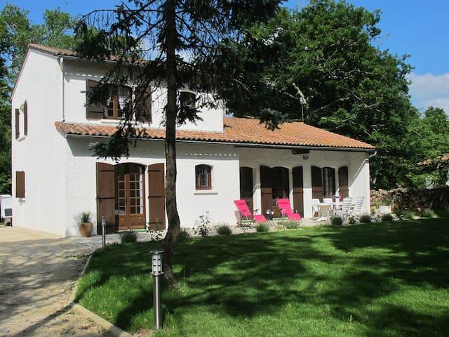 Villa 4 étoiles meublée avec parc boisé 2 à 8 pers - Ozillac - Mobilyalı daire