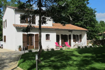 Villa 4 étoiles meublée avec parc boisé 2 à 8 pers - Ozillac - サービスアパートメント