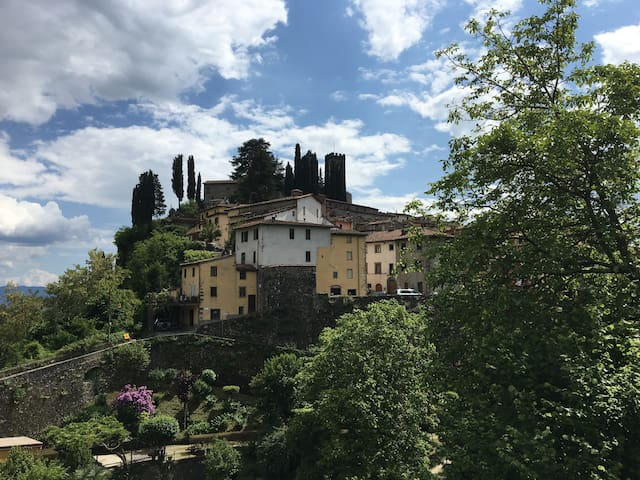 Classic Tuscan Garden Home in the Old Walled City - Barga - Apartment