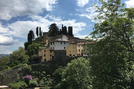Classic Tuscan Garden Home in the Old Walled City - Barga - Apartemen