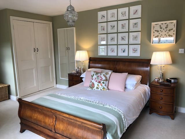 King size room with en suite close to Silverstone