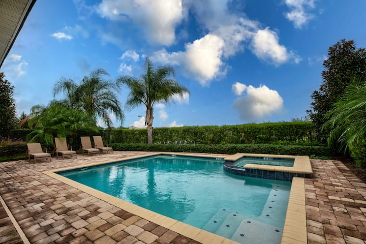 10BR Luxury Mansion - Family Resort - Private Pool, Hot Tub and Games Room!