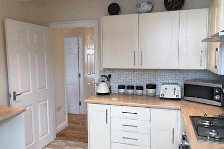 Stylish 2 bed apartment 4 close to town & station