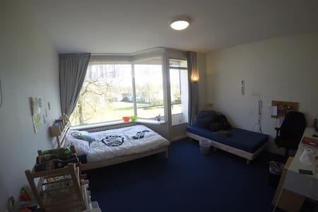 Private All-inclusive room international corridor - Bennekom - Dormitório