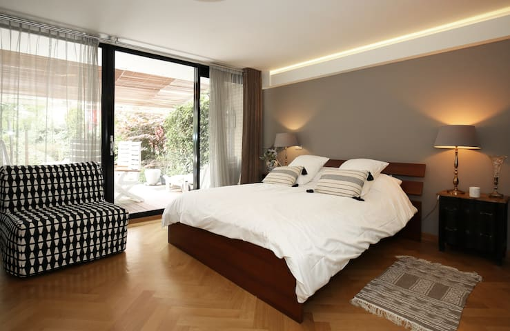MASTER BEDROOM W/ PRIVATE BATHROOM & GARDEN