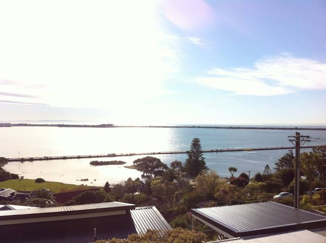 Sunny, spacious home with beautiful water views - Christchurch - Huis