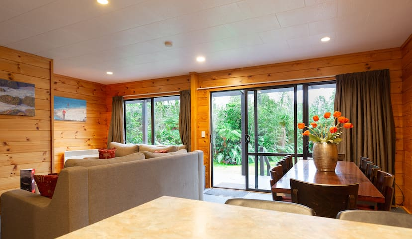 Spacious 4-Bedroom Kamahi House with Private Deck