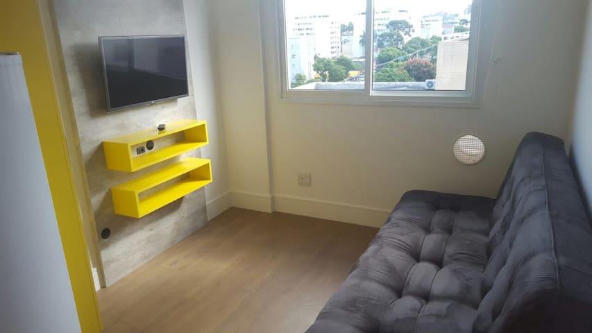 Estúdio moderno e aconchegante em Curitiba.