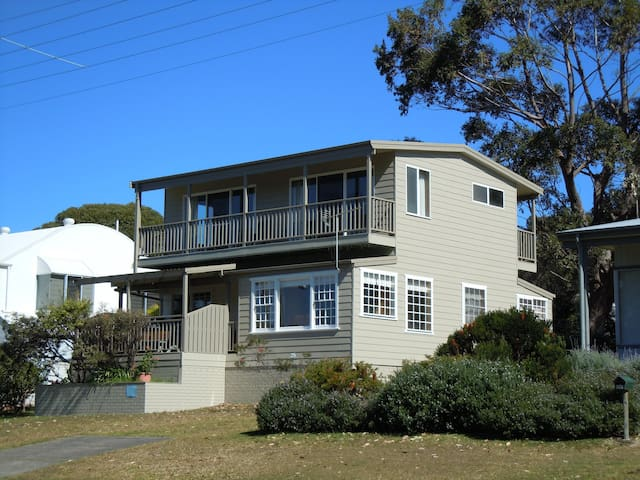 The Rowse House at Hyams. Sleeps 9 - Hyams Beach - Huis