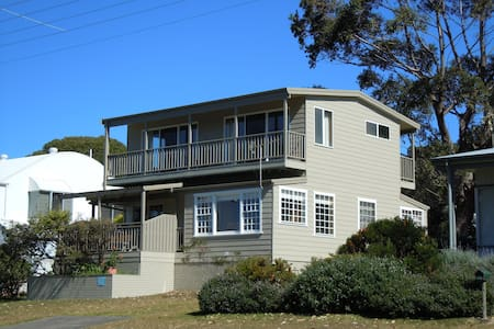 The Rowse House at Hyams. Sleeps 9 - Hyams Beach