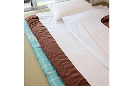 布団を敷く際はベッドマット、シーツをご使用ください。