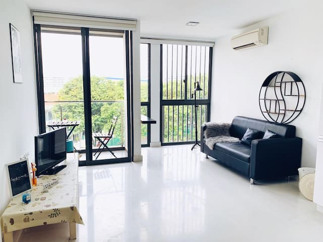 New Central 2BR Loft Apartment 3 Mins to MRT