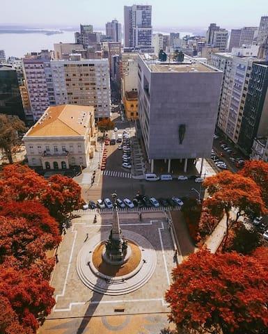 O Teatro São Pedro e a Catedral Metropolitana estão na Praça da Matriz no Centro Histórico.