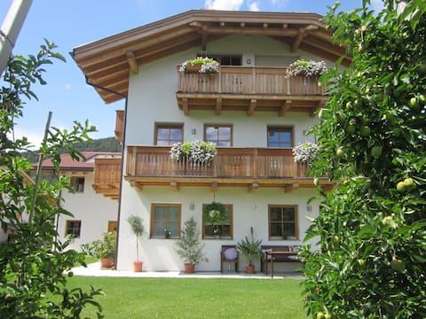 Accogliente appartamento con piscina a Schabs
