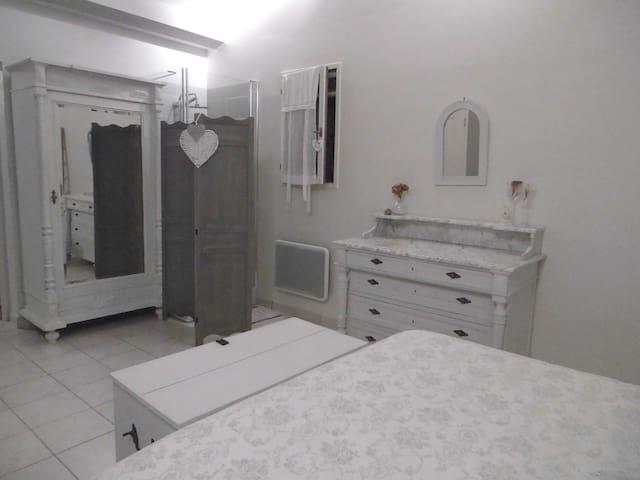Chambre avec lit de160, douche et cabinet de toilette avec wc