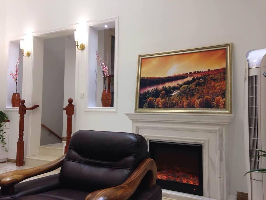 壁炉发出的红色火焰给房间平添几分温暖