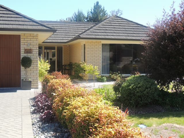 READS RITZ - Turangi - Bed & Breakfast