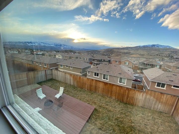 Beautiful Hillside House + Amazing Mountain View