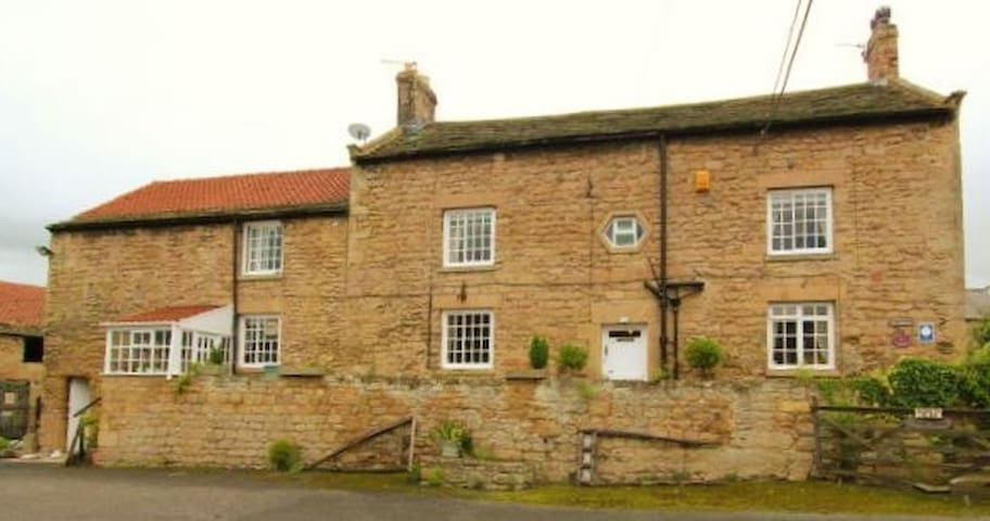 Grade II listed Farm House in countryside location - Hooton Pagnell - Bed & Breakfast