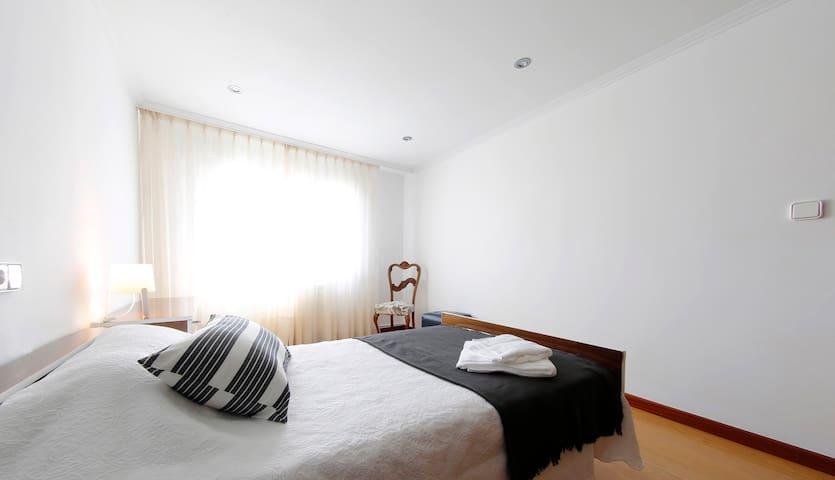 Habitación con cama doble 1,40 en la actualidad. pendiente actualizar foto. Soleada con armario y cómoda.