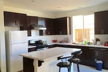 Private Room wifi kitchen close to everything - Temple City