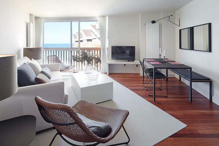 ATERIAN. UNBEATABLE SEAFRONT BRAND NEW APARTMENT