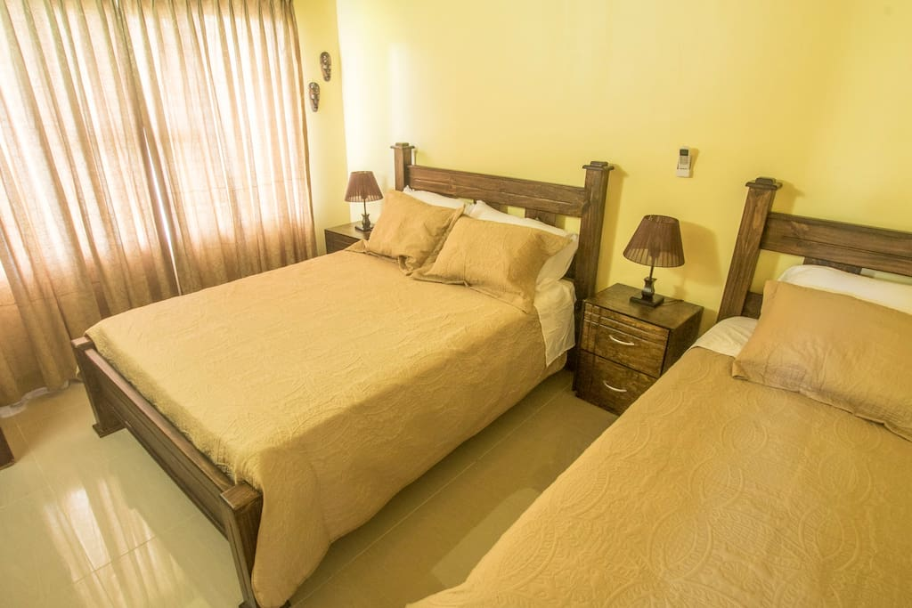 Room with Full Bed and Twin Bed / Dormitorio con Cama Matrimonial y Cama Individual