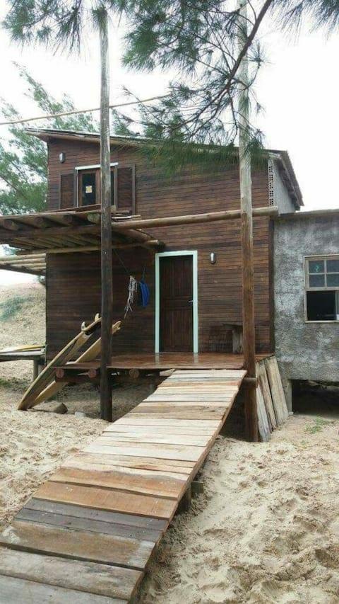Cabana na praia da Galheta, próximo ao mar.