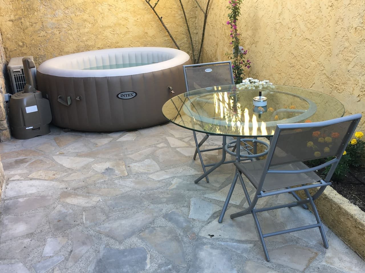 Salon de jardin et jacuzzi privatifs