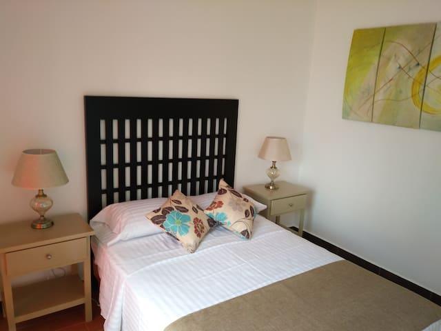 Habitación 3.- Una cama matrimonial y acceso a balcón.