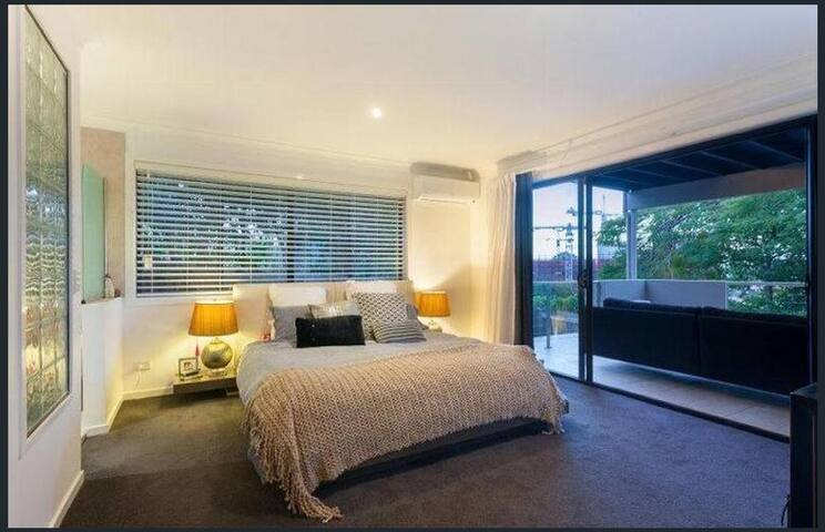 15 minute walk or 5 minute Uber to CBD - Red Hill - Townhouse