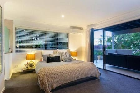 15 minute walk or 5 minute Uber to CBD - Red Hill - Reihenhaus