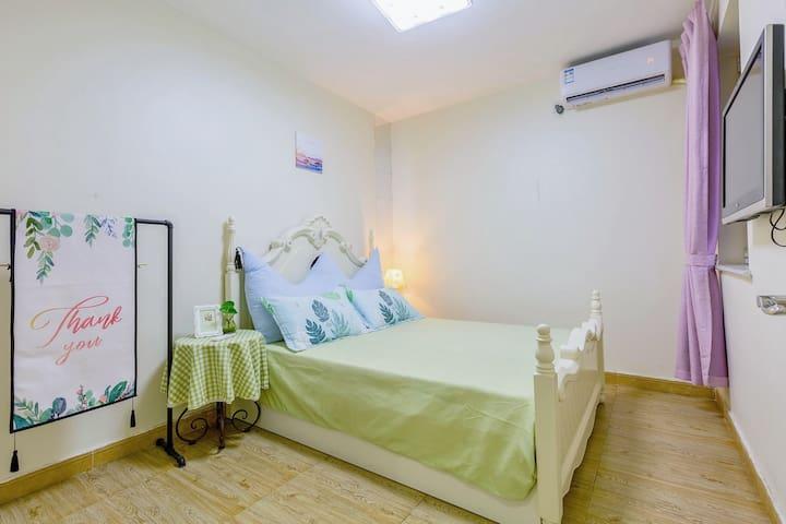次卧室,1.5米宽的小双人床