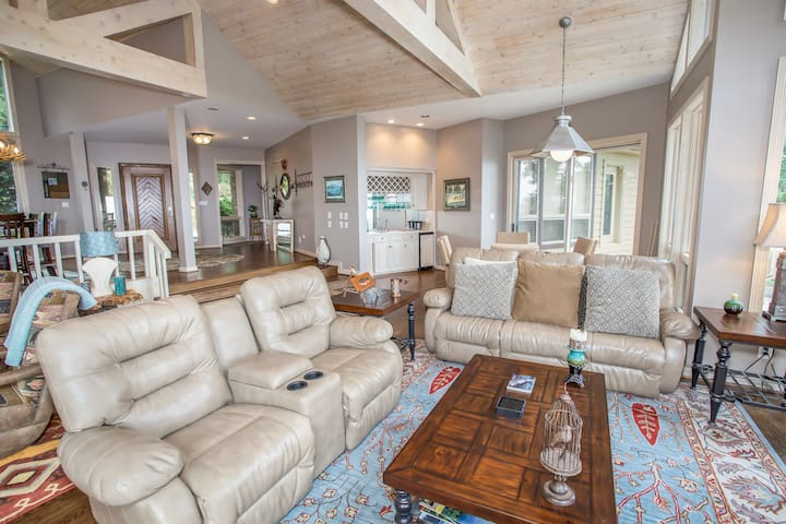 Mtn Views, 3 Suites, Jetted Tub, Pet Friendly, River Access, Near Skiing &Hiking