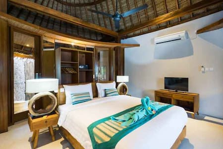 C-View Villas is a modern Boutique hotel Located in the heart of Nusa Lembongan. Bungalow 1 has a spacious bedroom with a king size bed, with AC, safety box, mini bar, water dispenser, a kettle with complimentary tea/coffee